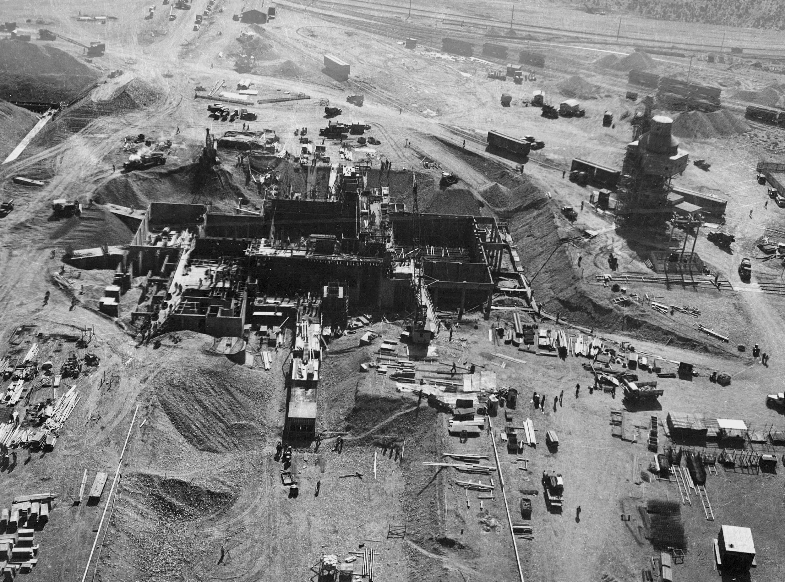 atomic bomb manhattan project The manhattan project was the result of an enormous collaborative effort between the us government and the industrial and scientific sectors in just 27 months, the anglo-american effort accomplished what other nations thought impossible – the construction of an atomic bomb.